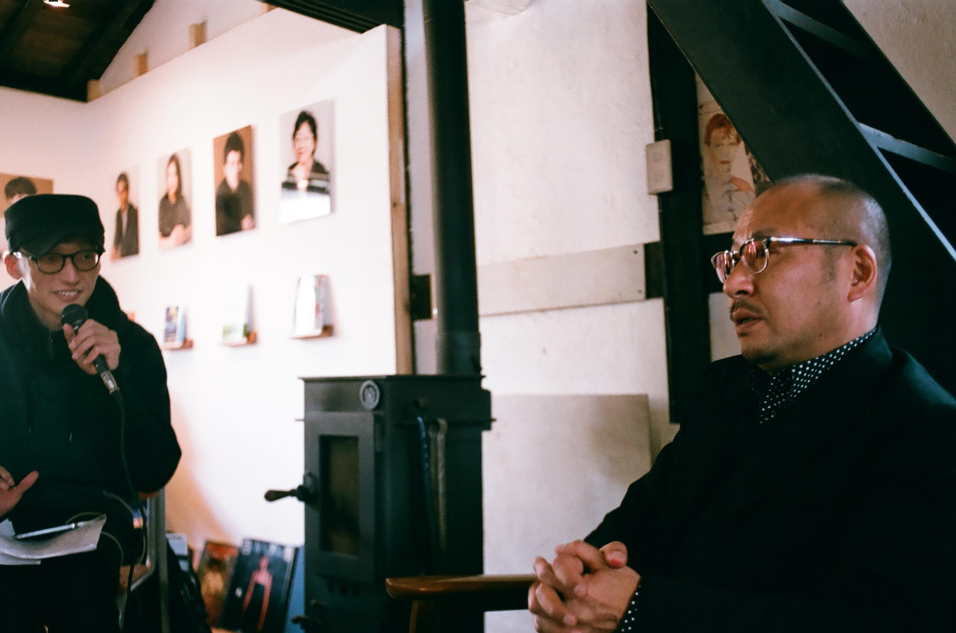 開館式の際の松蔭浩之氏作家トークの様子