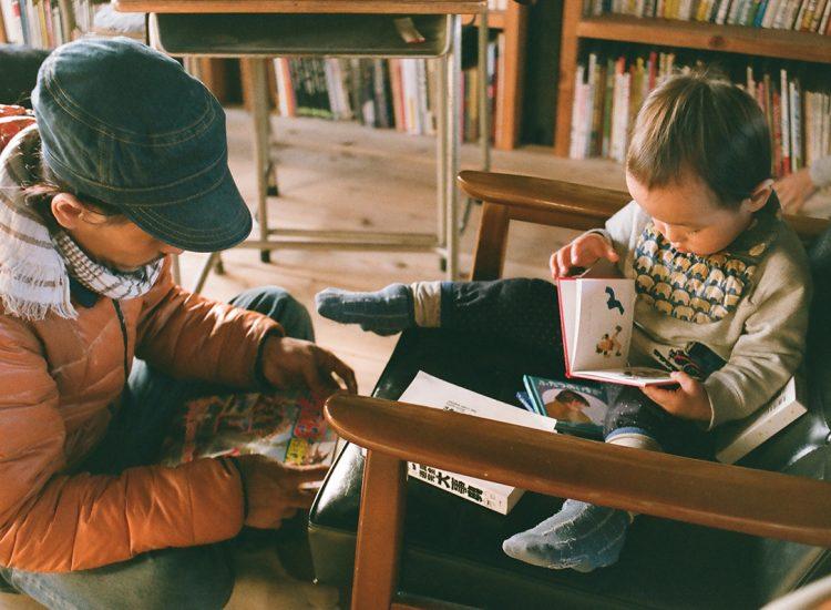男木島図書館で本を読む親子の写真